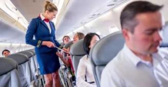 شاهد الصورة التي اضطرت شركة طيران أوروبية لطرد أفراد طاقمها
