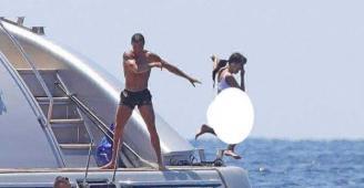 صور مسربة.. هكذا مازح رونالدو صديقته بدفعها إلى المياه