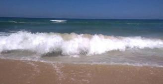 أمواج البحر تلفظ الآلاف من الحبوب المخدرة جنوب القطاع