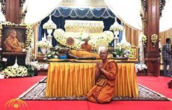 . بالصور: استخراج جسد راهب بوذي بعد شهرين من وفاته.. شاهد كيف وجدوه؟