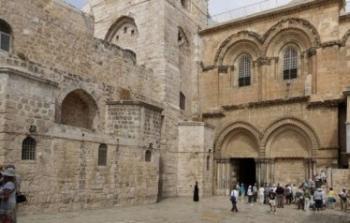 إسرائيل تتراجع وتعلّق إجراءات تسبَّبت في غلق الكنيسة الأكثر قدسيةً لدى المسيحيين