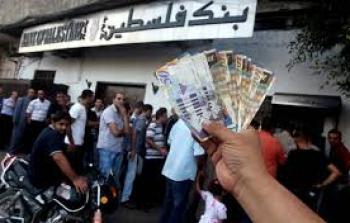 غزة..الفقر يدفع الموظفين إلى