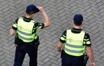 الشرطة الهولندية تجرد الشباب من الساعات والملابس باهظة الثمن ممن لا يذكر كيف اشتراها!