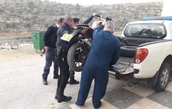 مواطن يسلم الشرطة دراجة نارية غير قانونية تعود لابنه في رام الله