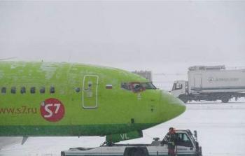حاول الصعود على متن طائرة في مطار موسكو وهو عار... ماذا حصل؟