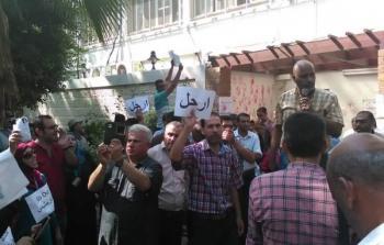 الحراس الشخصيين لمدير عمليات وكالة غوث وتشغيل اللاجئين في قطاع غزة يُلقون قنابل صوتية فوق رؤوس الموظفين المعتصمين