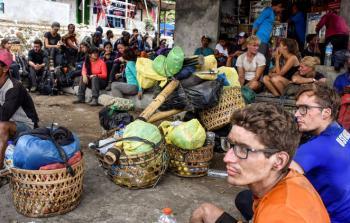 مئات السياح يقعون في فخ بعد زلزال قوي بإندونيسيا