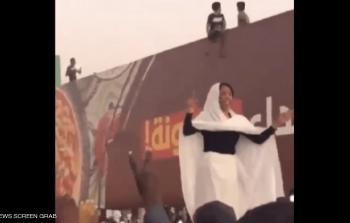 شاهد..سيدة مجهولة تشعل احتجاجات السودان