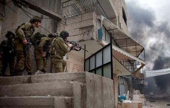 الاحتلال يقتحم عشرات المنازل في ابوديس ويعتقل عددا من الشبان