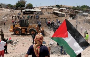 شبان يفتحون البوابة التي أغلقها الاحتلال على مدخل الخان الأحمر