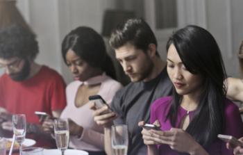 تطبيق جديد يكافئك على عدم تصفُّح فيسبوك بتذاكر سينما.. ويساعد على التخلص من إدمان الهواتف الذكية