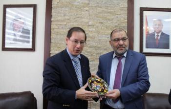 أبو سنينة يُطلع السفير الروسي في فلسطين على أوضاع الخليل