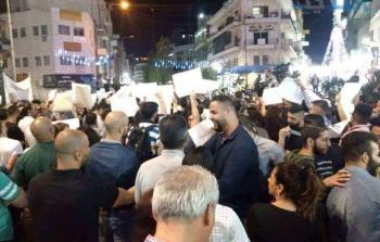 شاهد: تظاهرة حاشدة تجوب مدينة رام الله تطالب السلطة برفع الإجراءات العقابيّة عن غزة