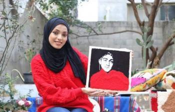 فتاة من غزة ترسم الشخصيات عن طريق حياكتها بخيوط الصوف