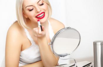 9 حيل بأحمر الشفاه تجعل أسنانك أكثر بياضاً