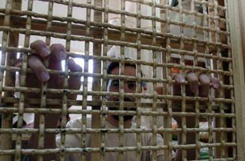 نادي الأسير: 4 أسرى يواصلون إضرابهم عن الطعام ضد اعتقالهم الإداري