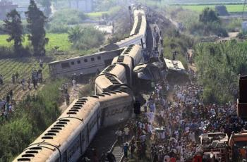 شاهد: إصابة 30 شخصاً في انحراف قطار بكفر الشيخ شمال مصر
