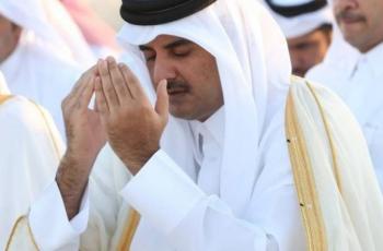 شاهد ...أمير قطر يقلب ردائه ولبسه في صلاة الاستسقاء وتفاعل واسع