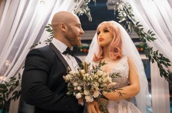شاهد: لاعب كمال أجسام كازاخستانى يحتفل بزواجه من دمية