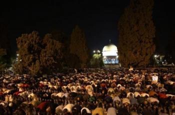 المئات يؤدون صلاة الفجر في ساحات المسجد الأقصى رغم قيود الاحتلال