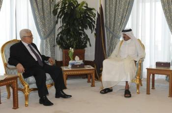 الرئيس عباس يلتقي أمير قطر في الدوحة
