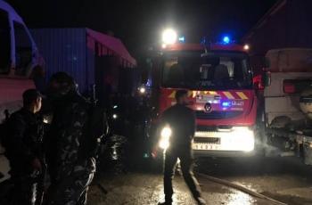 الدفاع المدني يخمد حريقا اندلع في مصنع بلاستيك ببلدة بيت أمر شمال الخليل