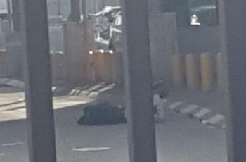 شاهد: إصابة شاب برصاص الاحتلال بزعم محاولته تنفيذ عملية طعن بالقدس