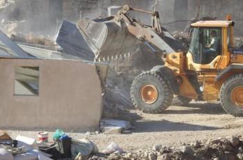 الاحتلال يخطر بهدم منازل وأبار مياه جنوب الخليل