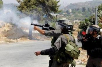 إصابتان بقنبلتي غاز والعشرات بالاختناق خلال قمع الاحتلال مسيرة كفر قدوم