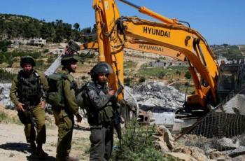 الاحتلال يعتقل مواطنين ويستولي على جرافة شرق نابلس