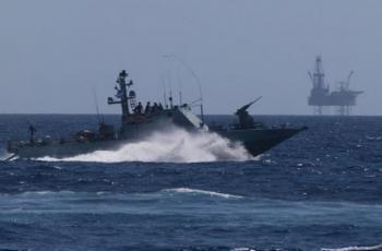 زوارق الاحتلال تُطلق نيران أسلحتها صوب مراكب الصيادين في غزّة