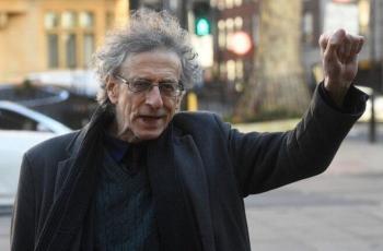الشرطة البريطانية تعتقل شخصين بسبب منشور يقارن بين حملة التطعيم ضد كورونا والمحرقة