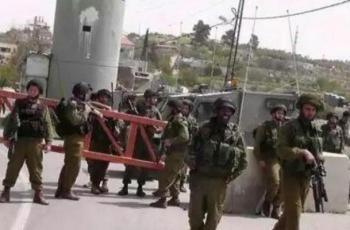 الاحتلال يداهم الخليل ويفتش منازل وينصب حواجز عسكرية