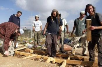 مستوطنون يشرعون بإعادة بناء بؤرة جنوب شرق نابلس