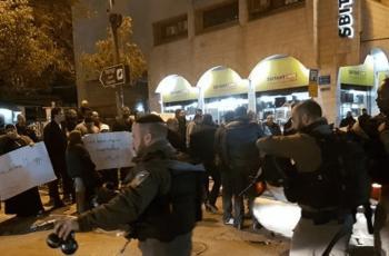 مستوطنون يعتدون على شاب ويشتمون ويطاردون صحفيا في تل الرميدة