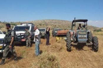 الاحتلال يستولي على جرار زراعي ويمنع استصلاح أراض غرب سلفيت
