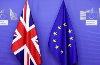 الاتحاد الأوروبي يلوّح بحظر تصدير لقاحات كورونا لبريطانيا
