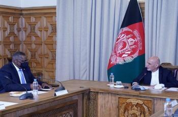 وزير الدفاع الأمريكي يلتقي الرئيس الأفغاني في كابل