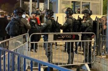 مئات المقدسيين يؤدون صلاة التراويح في باب العامود بعد اعلان الاحتلال اغلاقه