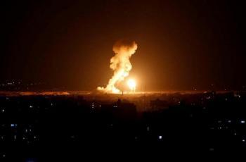 قوات الاحتلال تصيب ثلاثة شبان بالرصاص وتقصف مواقع شرق غزة