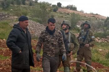 الاحتلال يجبر مزارعا وعائلته على مغادرة أرضهم في بيت أمر