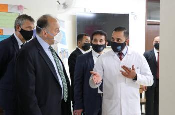 السفير الأميركي لدى الأردن يزور المركز الصحي في مخيم البقعة