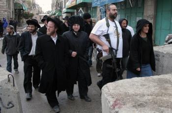 مستوطنون يعتدون بالضرب على مواطنة وطفلتها وسط الخليل