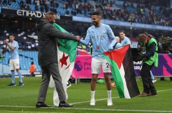 الجزائري رياض محرز يرفع علمي فلسطين والجزائر باحتفالات تتويج فريقه بالدوري الانجليزي