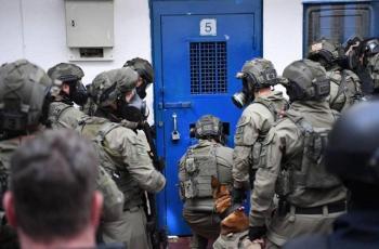 الاحتلال ينقل الأسير منذر أبو عطوان إلى مستشفى
