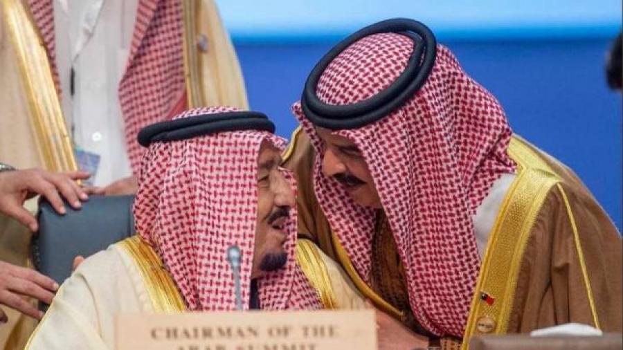 شاهد: ملك البحرين يفاجئ الملك سلمان على الهواء