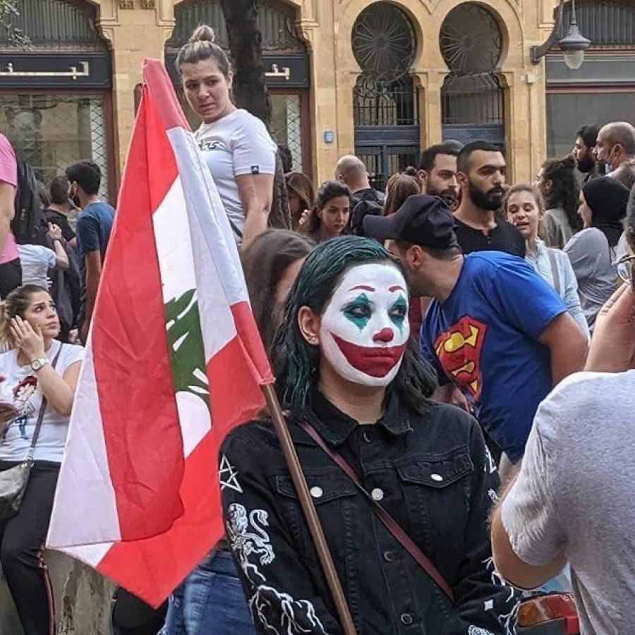 89161-فتاة-تمسك-بعلم-لبنان-وتضع-مكياج--الجوكر-فى-مظاهرات-لبنان.jpg