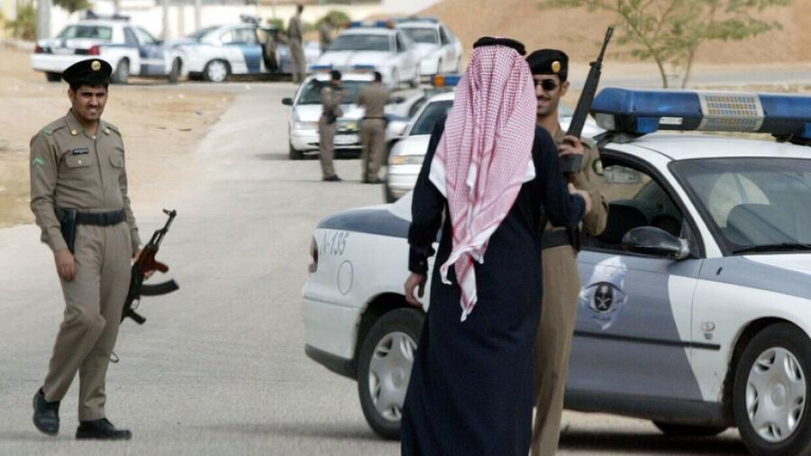 السعودية.. ضبط شخص وثق مشاهد خادشة مع فتاة (صورة)