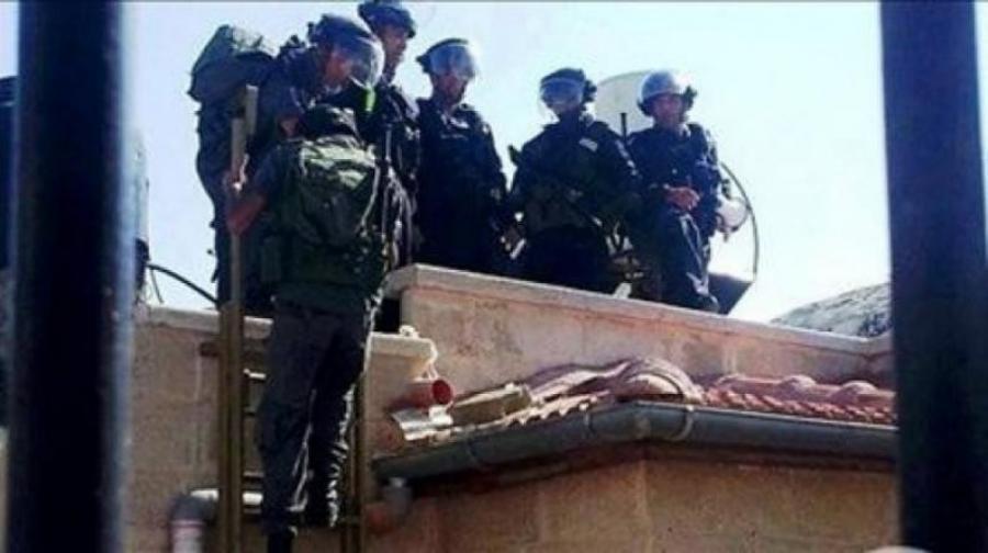 الاحتلال يعتلي سطح منزل في كفر قدوم ويحتجز أصحابه