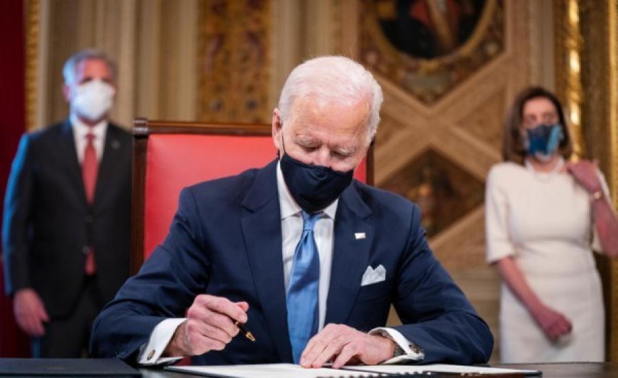 بايدن يستخدم 17 قلماً مختلفاً عند توقيع أوامره.. فما السر بذلك؟